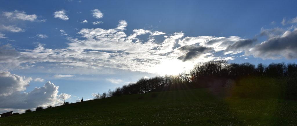 Lever de soleil au dessus de la colline